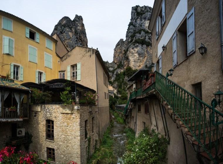 Vistas desde el puente sobre la cascada en Moustiers-Sainte-Marie
