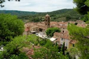 Vistas de Moustiers-Sainte-Marie desde el camino de subida a la capilla de Nuestra Señora de Beauvoir.