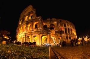 Coliseo de Roma de noche