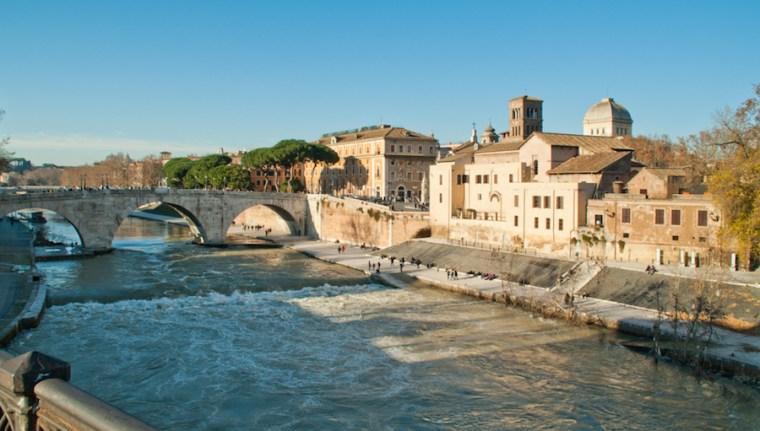 Paseo por la ribera del río Tíber en Roma