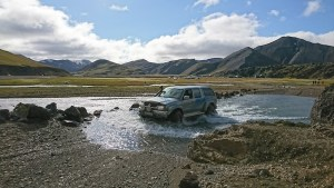 Jeep cruzando el río a la llegada al campamento de Landmannalaugar