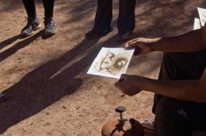 Un artesano de Ait Ben Haddou, mostrando pinturas hechas con té que colorean con el calor del fuego