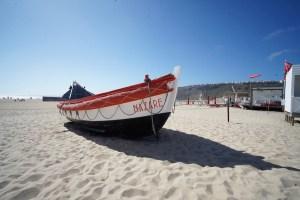 Una de las barcas tradicionales expuestas en la playa de Nazaré