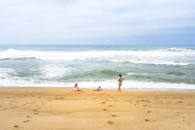 En la orilla de la Praia do Norte en Nazaré