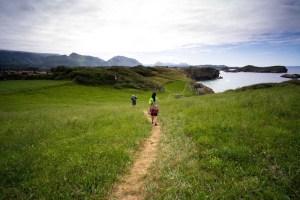 Senda costera de Llanes a Celorio, atravesando prados sobre los acantilados