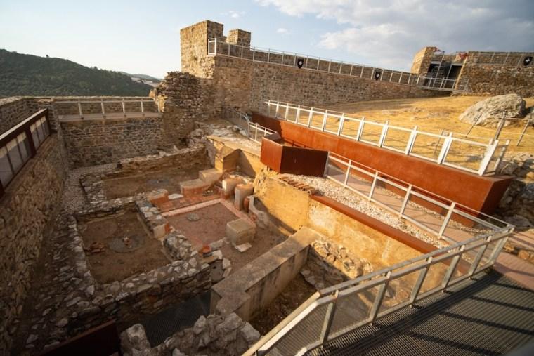 Restos de antiguas viviendas árabes sobre las que se construyó el Castillo de Aracena