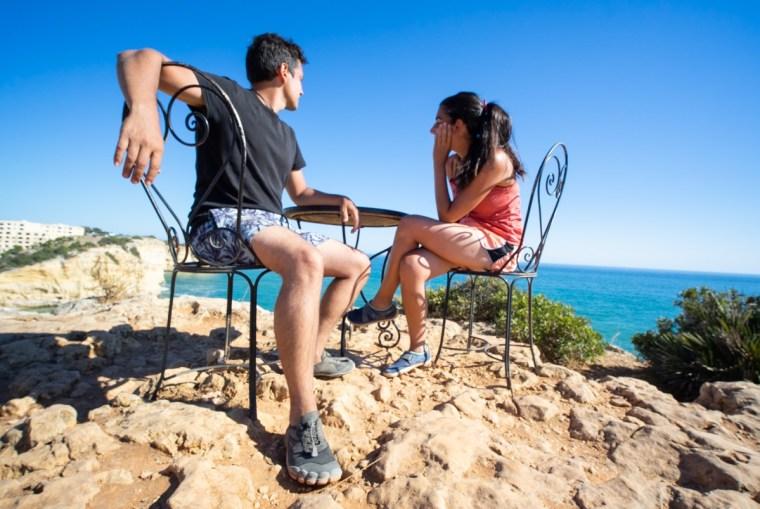 Mesa con vistas situada junto al Hotel Bahía, en Carvoeiro