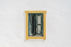 Ventana en uno de los bonitos pueblos del Algarve