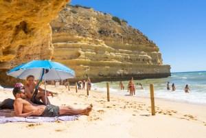En la orilla, con marea alta, de la playa de Marinha, Algarve