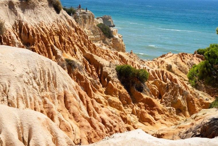 Paisaje rocoso de la costa de Carvoeiro haciendo la ruta de los siete valles colgantes