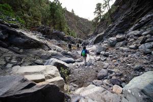 Caminando por el fondo del Barranco de las Angustias en el interior de la Caldera de Taburiente, La Palma