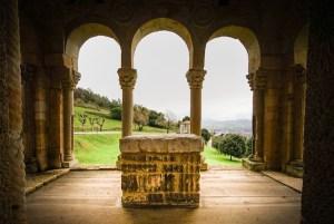 Réplica del altar que originariamente estaba en San Miguel de Lillo y ahora se encuentra en el balcón oriental de Santa María del Naranco