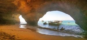Entrada desde el mar a la cueva de Benagil, en el Algarve