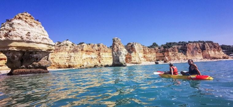 Excursión en kayak frente a la Playa de la Marina, en el Algarve