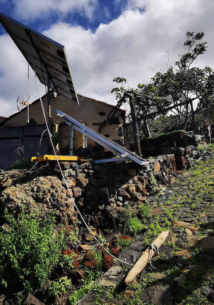 Placa solar atada a un palo en la ruta de los dragos en Las Tricias, La Palma