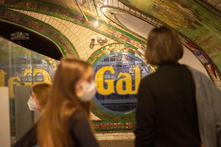 Carteles publicitarios originales de los años 20 en la estación de Metro Madrid de Chamberí