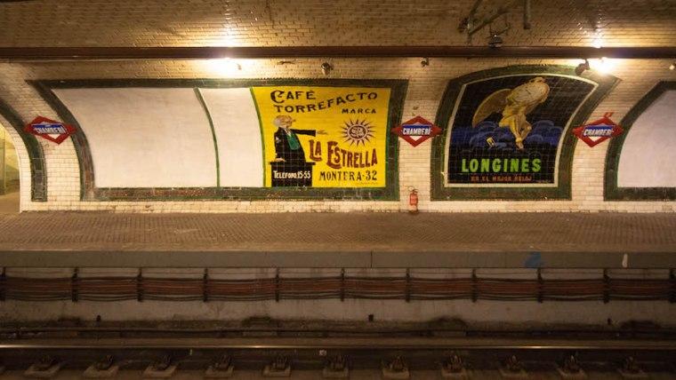 Carteles publicitarios en el andén de la estación de Metro Madrid de Chamberí