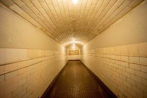 Pasillo de acceso al andén en la estación de Chamberí de Metro Madrid