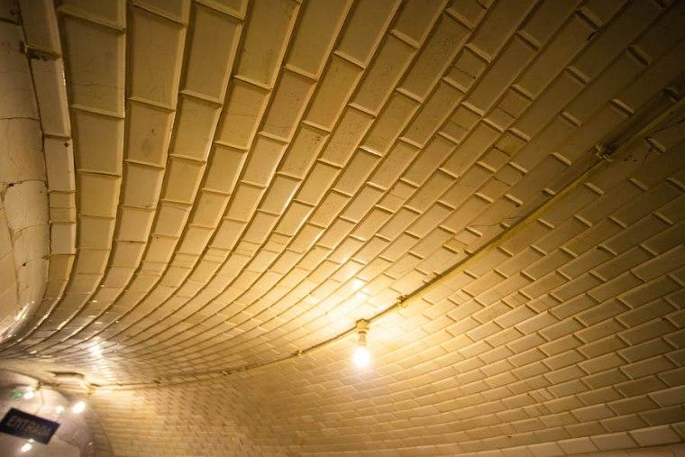 Baldosas blancas en el interior de la estación de Metro Madrid de Chamberí