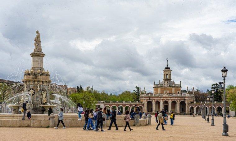 Plaza de San Antonio, con la fuente de Mariblanca y la iglesia de San Antonio, Aranjuez