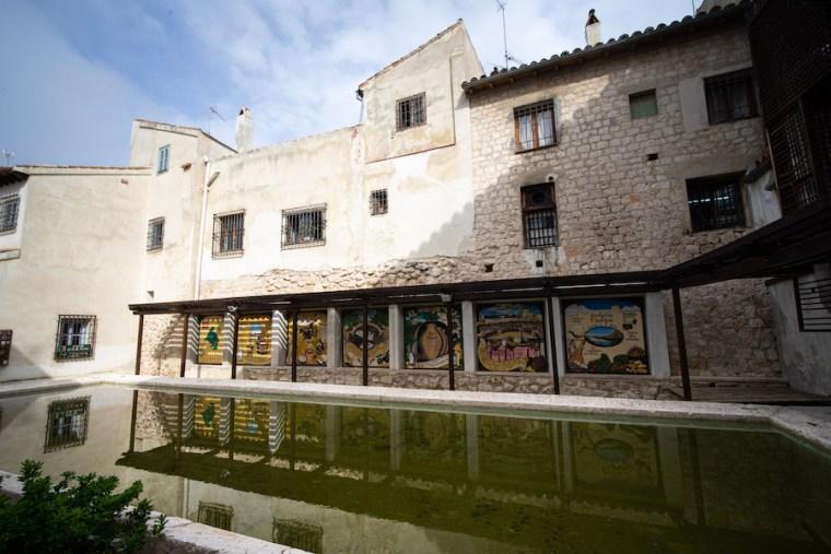 Oficina de Turismo de Chinchón, ubicada en el antiguo lavadero en la Plaza Mayor