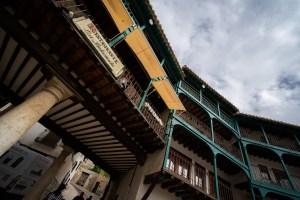 Los balcones, llamados claros, en la Plaza Mayor de Chinchón, Madrid
