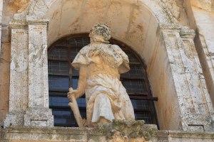 Estatua de San Javier en la entrada a la Iglesia de Nuevo Baztán, Madrid