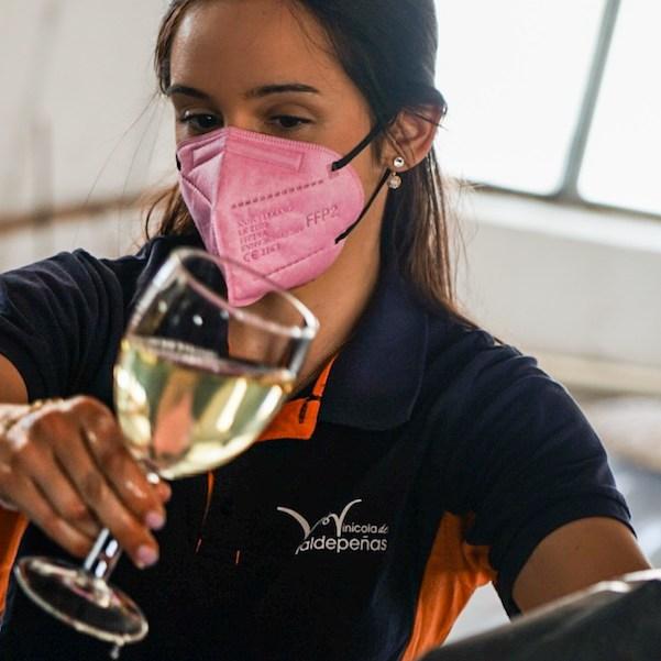 Catando vino directamente de la tinaja en Cooperativa Vinícola de Valdepeñas