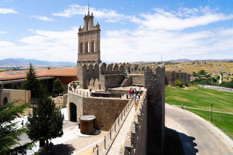Puerta del Carmen y Espadaña en la muralla de Ávila