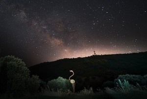 Cielo nocturno estrellado en el Parque Nacional de Monfragüe, Extremadura