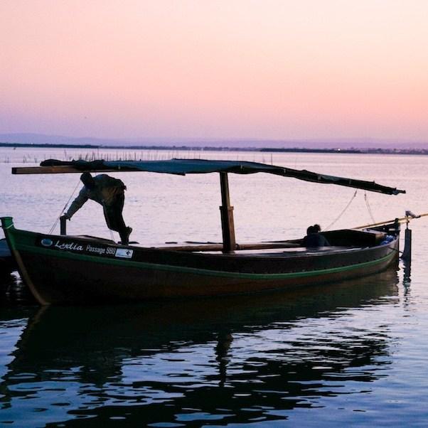 Barca llegando al embarcadero de la Gola del Pujol al atardecer, Albufera
