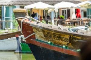 Barca y restaurante de fondo en El Palmar, Albufera