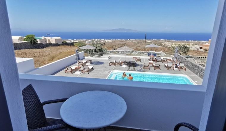 Balcón con vistas a la piscina del Ianthe Apartments and Villa, Oia (Santorini)