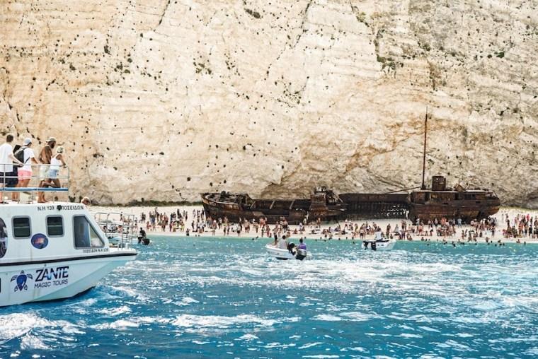 Cientos de visitantes en la playa Navagio en la isla Zakynthos