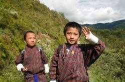Niños butaneses con el traje típico gho