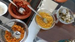 Desayuno típico de Sri Lanka. Se sirven varios tipos de curry y otros acompañantes (como pescado o pollo)
