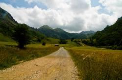 El camino pronto empieza a ascender para llegar al Lago del Valle