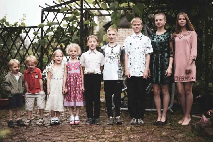 children taking groupie