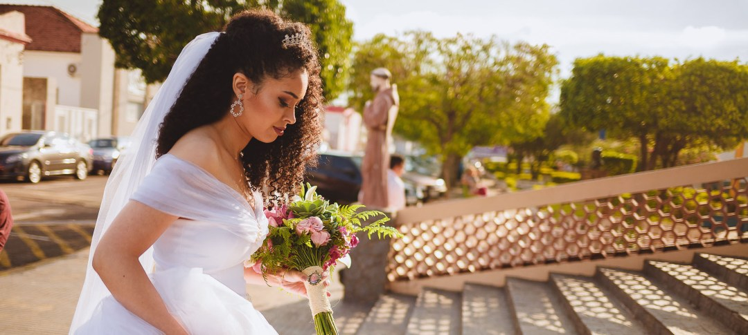 Noiva Cacheada - Penteado com Véu