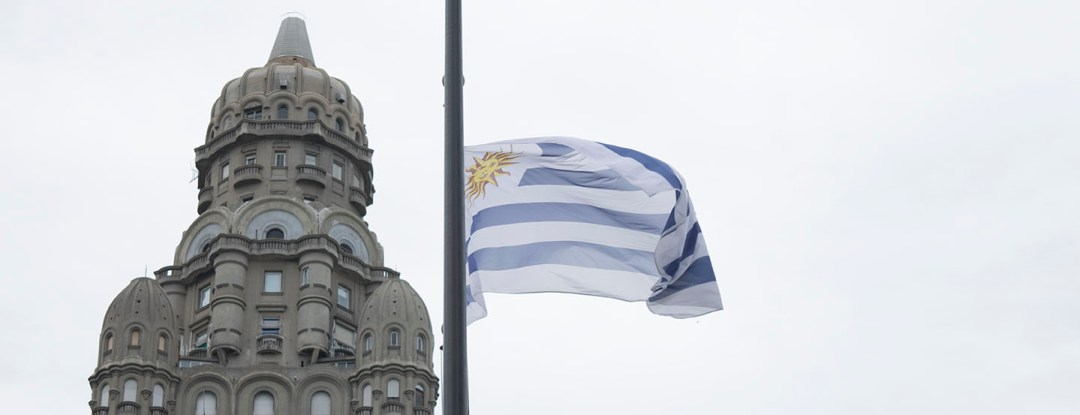 Bandeira do Uruguai e Palácio Salvo - Dicas para Conhecer o Uruguai
