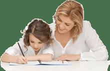 Maman apprend à lire à un enfant