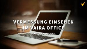 """Titelbild. eeinen aufgeklappten Laptop. Overlay-Text: """"Vermessung einsehen im Vaira Office. Feature Fokus""""."""