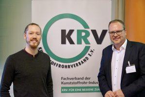 Dem Bauteil auf der Spur bei der KRV-Jahrestagung 2021 in Kiel. Foto: (v.l.): Max Erdmann und Markus Hartmann (Geschäftsführer Kunststoffrohrverband e.V.) auf der Kunststoffrohrverband-Jahrestagung 2021.