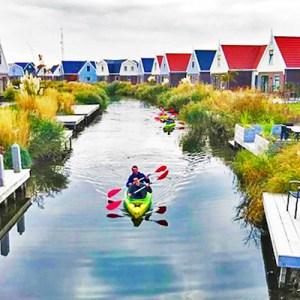 Kanoën door de wateren van het EuroParcs Resort Poort Amsterdam