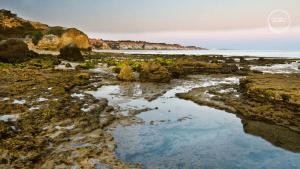 De prachtige kustlijn bij Olhos d'Agua