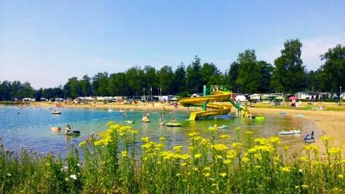 Recreatie meer met strand op Recreatiepark de Achterste Hoef