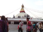 Die sowohl als Treffpunkt (fuer Lokale) und Pilgerziel (fuer Pilger natuerlich) beliebte Boudhanath-Stupa im Kathmandutal