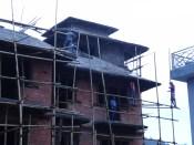 Hausbau in Pokhara mit minimalen (= nicht vorhandenen) Sicherheitsvorkehrungen