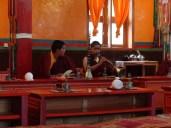 Zwei junge Nonnen beim Morgenritual (Kloster in Muktinath)