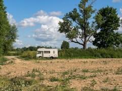 Praktisks piegājiens vairāku dienu nometnei pie pils rožu dārza